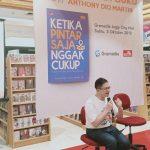 """""""KETIKA PINTAR SAJA TIDAK CUKUP"""" Buku Penting Soal Pola Asuh & Pendidikan Berbasis Kecerdasan Emosional Untuk Orang Tua & Pendidik di Indonesia"""